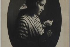 3-1922 tarihinde çekilmiş elinde çiçek tutan genç bir kız fotoğrafı