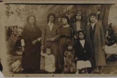 5-1926 tarihinde çekilmiş beş kadın ve üç küçük kızın bulunduğu fotoğraf